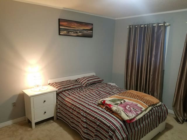 Private room only 25min drive frm dt Toronto