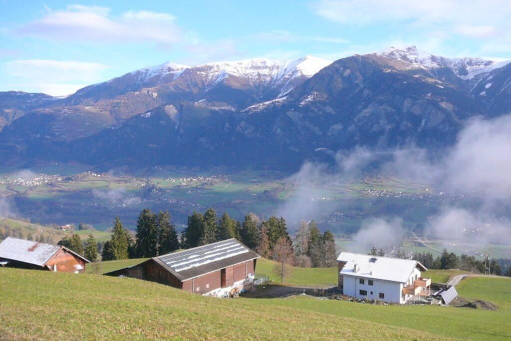 Haus und Stall mit Blick ins wunderschöne Domleschg und  die Berge