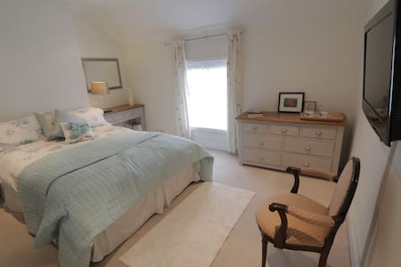 Charming cottage bedroom in quiet village nr York