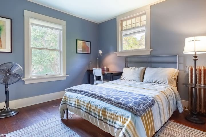 Private West Bedroom in Ladner Heritage Home