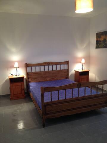 chambre grand lit avec beaucoup d'espace