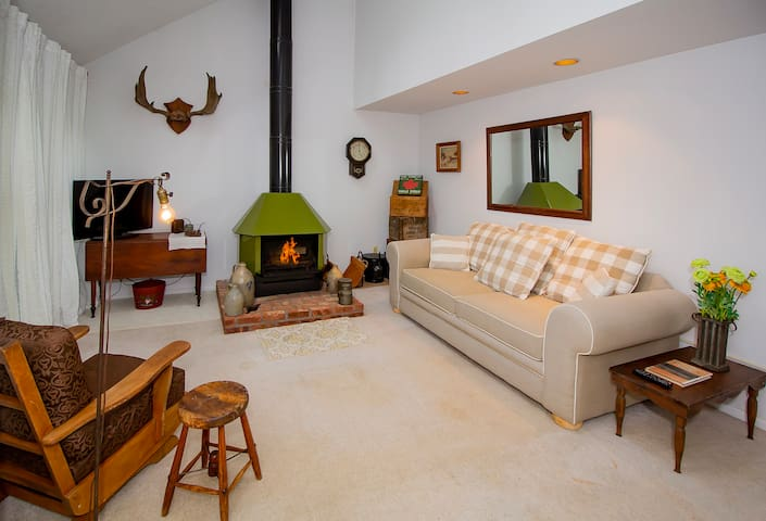 Cozy Condo Close to Mt Snow! Great for Ski Groups!
