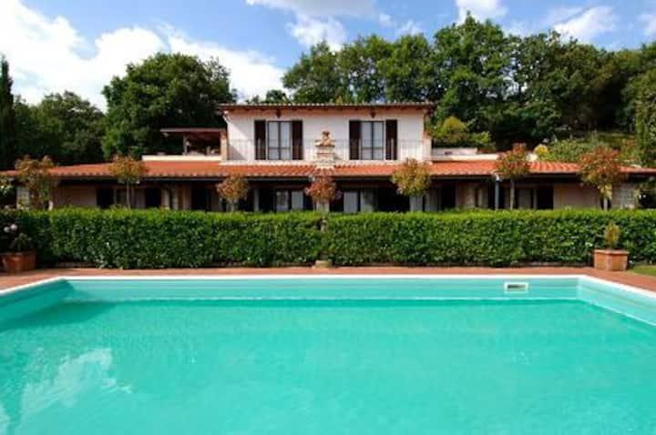 Villa panoramica con piscina tra Umbria e Toscana