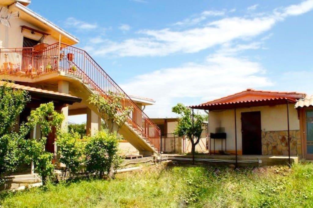 Vista della casa con giardino più bagno esterno con doccia