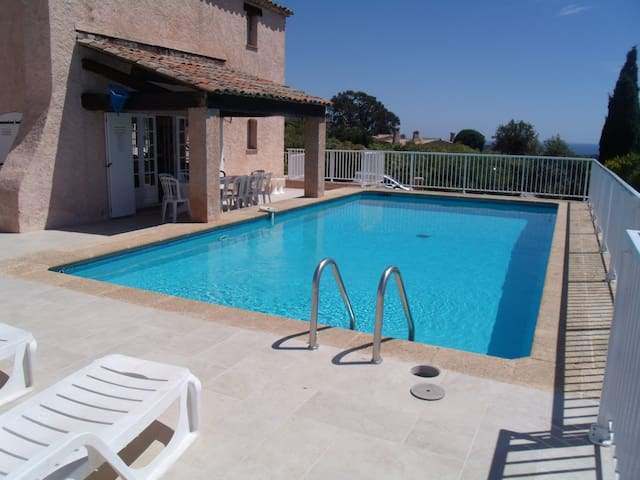 Villa with heated pool and sea view - Saint-Raphaël - Hus