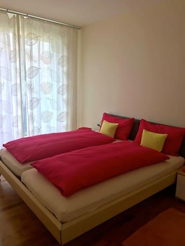 Schlafzimmer mit Balkon + großem Schrank