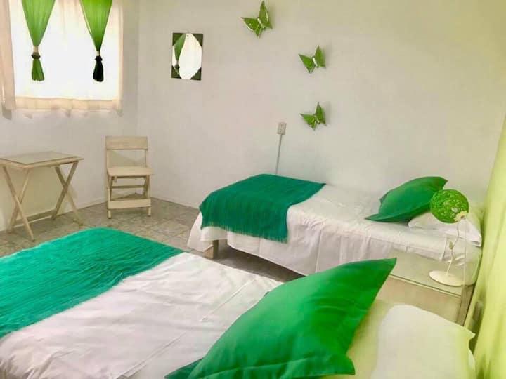 Hostal Tlaquepaque habitación verde limón