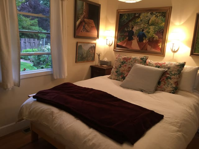 Cozy guest room and bath in Lake Forest Park - Lake Forest Park