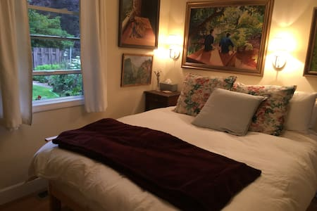 Cozy guest room and bath in Lake Forest Park - Lake Forest Park - House