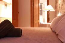 Habitación con cama de matrimonio, ventana al exterior, armario doble empotrado. Luminoso y fresco.