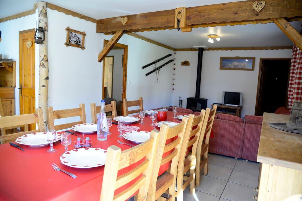 Salle à manger ouverte sur le séjour et la cuisine. Ce qui fait une très belle pièce de vie.