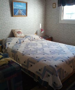Private room in quiet neighborhood, near downtown - Fredericton