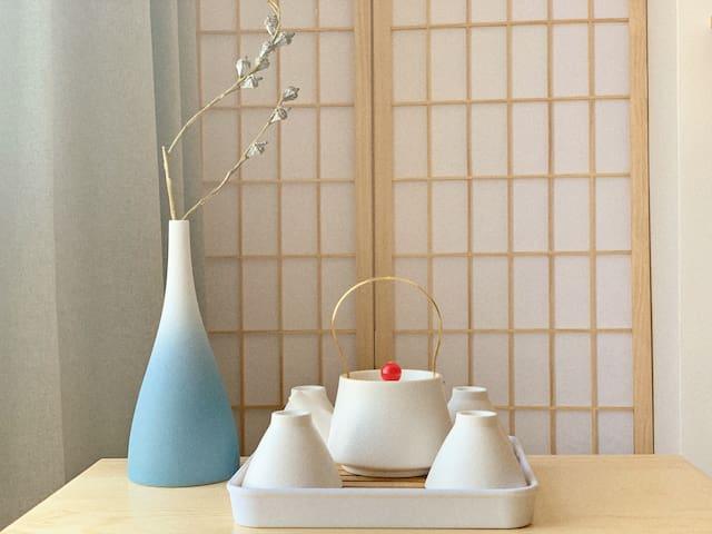 榻榻米上的茶具