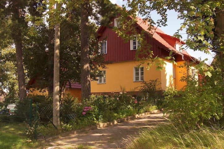 Im Fuchsbau des gelben Försterhauses entspannen