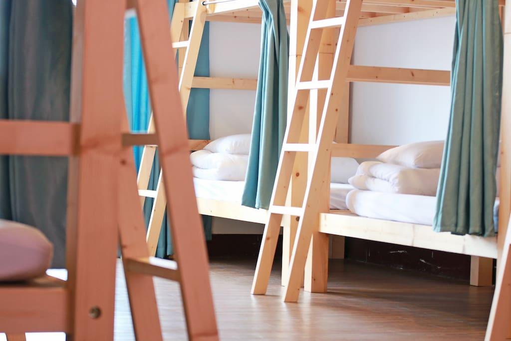 【住宿區】 魚樂擁有平易近人的價格及舒適的床位,提供背包們一個安全,便利,乾淨又經濟的居住環境。