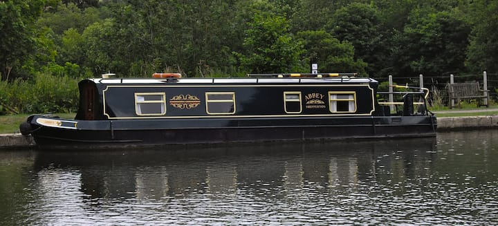 Narrow Boat set on the Kennet & Avon Canal