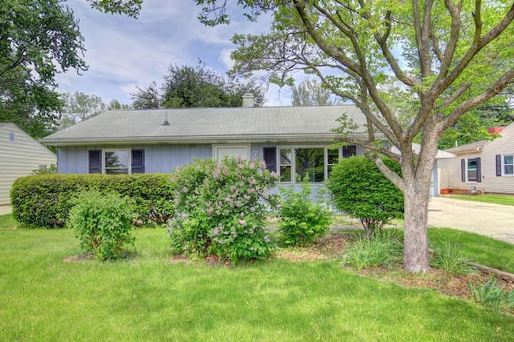 Lovely three bedroom close to UIUC