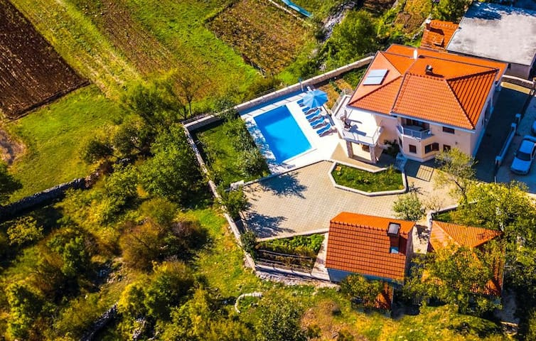 ctim247/ Holiday home with a private pool im Imotski- Makarska, up to 8 persons, wi fi, AC, children's playground, wine cellar