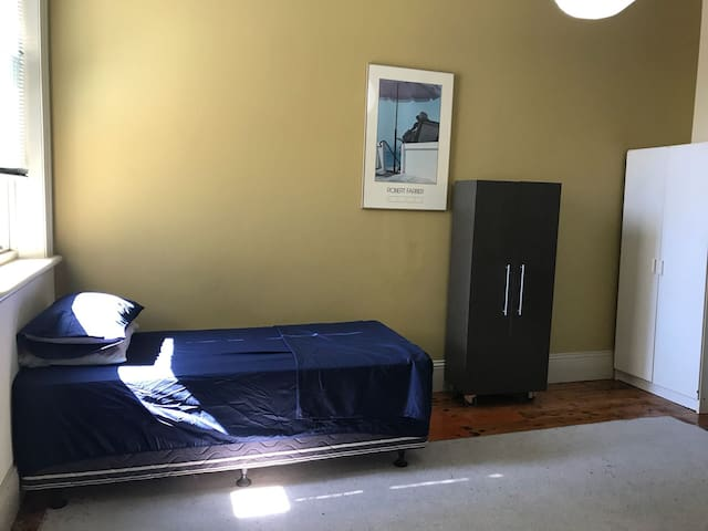 Private bedroom near Lygon & Melbourne University