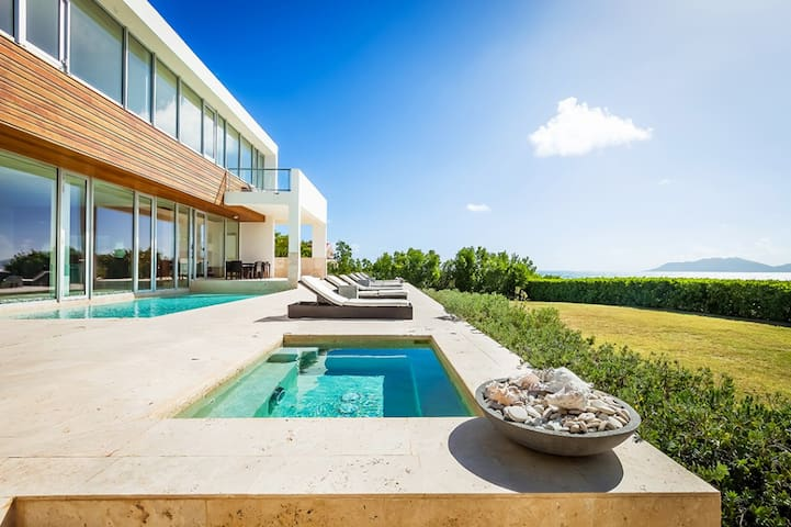 Beaches Edge East - Ideal for Couples and Families, Beautiful Pool and Beach - Blowing Point - Villa