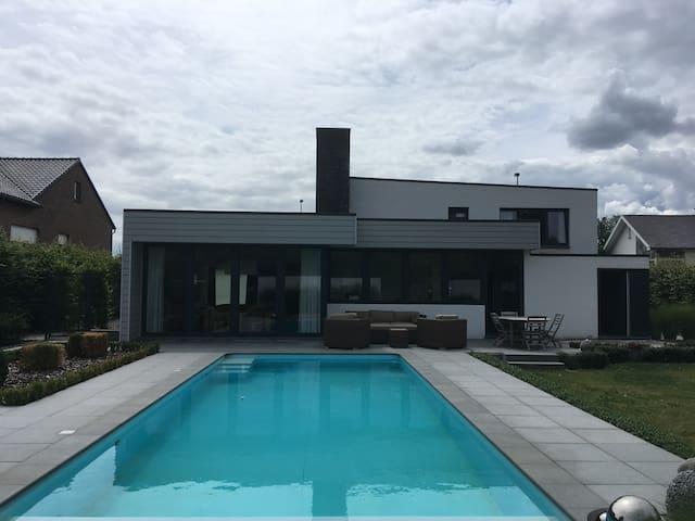 Moderne ruime woning met zwembad