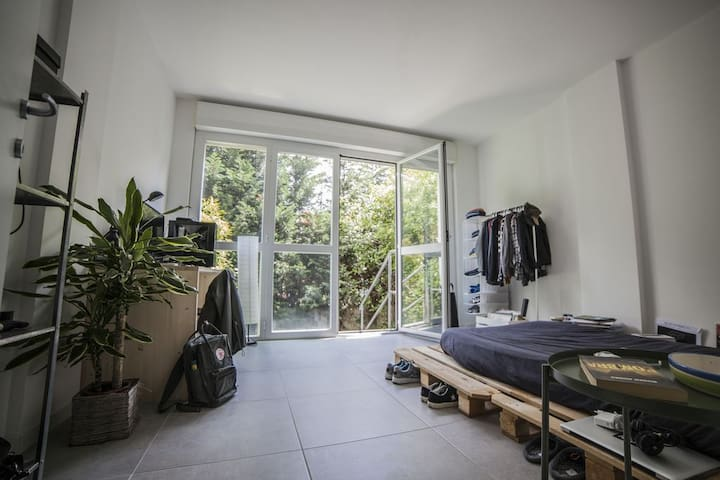 Single Room with small garden in bright apartment