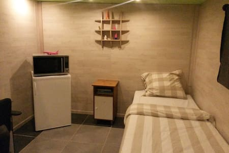 Spacious room with ensuite bathroom and kitchen. - Eindhoven