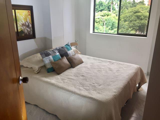 Bonita y bien ubicada habitación con rico desayuno