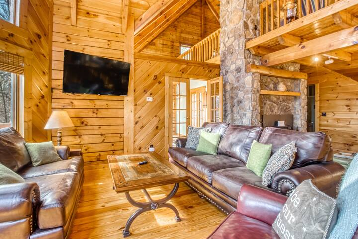 Gorgeous lodging in the woods w/free WiFi, shared tennis court, wraparound deck!