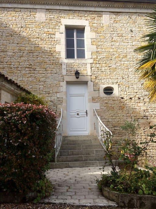 L'entrée de la maison, avec petite terrasse privée devant,pour apéritif et/ou petits déjeuners