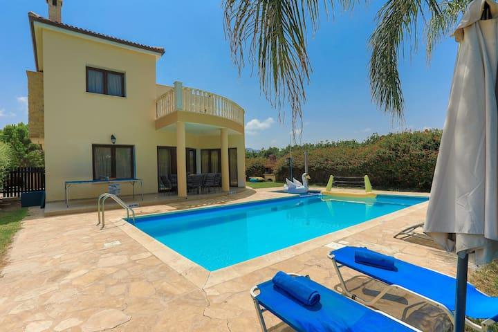 Beach Villa Tsikkos Ena: Private Pool, WiFi, A/C