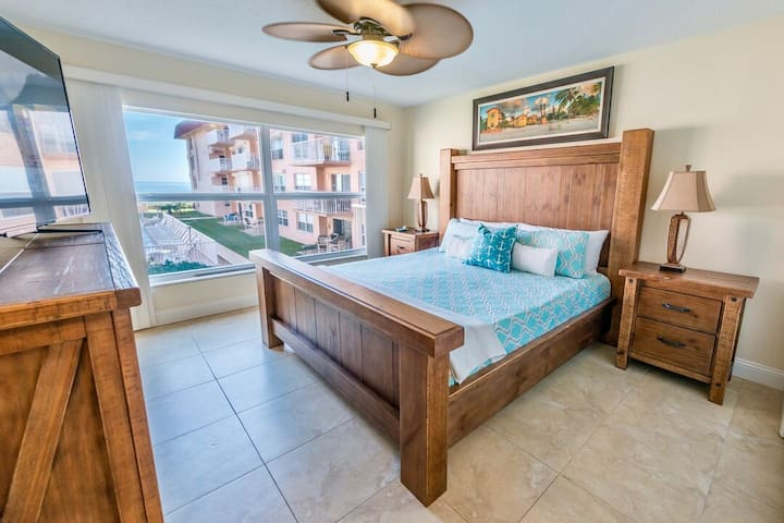 ** Family friendly and right on the beach - Spacious 3 bedroom with great views*