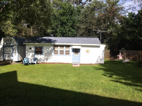 Adorable 1 bedroom guest house with all the amenities.
