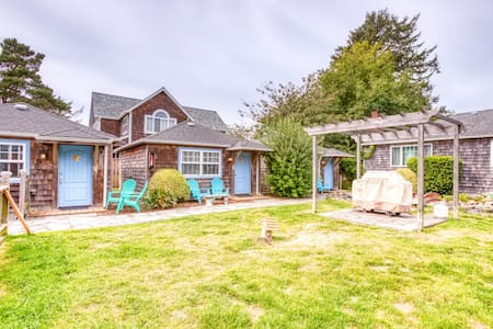 Six dog-friendly cottages w/ shared courtyard & grill - 2 blocks to beach!