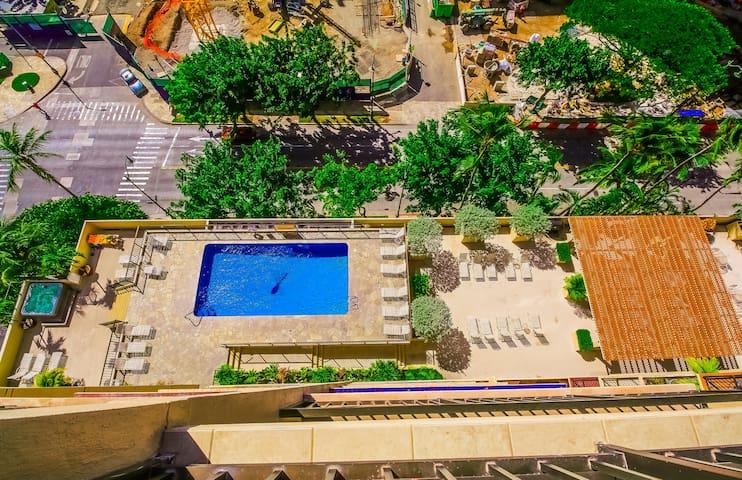 Waikiki Four Paddle ocean view cond