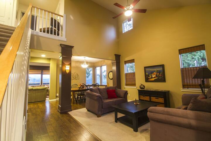 WestSail- River/mountain views, space to play, quiet setting, close to town