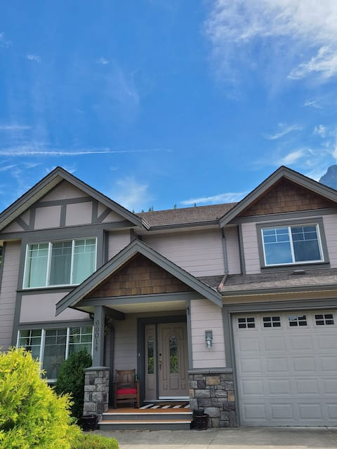 4-Bedroom Spacious House steps from Kawkawa Lake - perfect for your family adventures ❤ Quiet neighborhood - hiking and outdoor adventures everywhere!