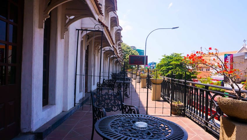 Centrally located in downtown Colombo 02,