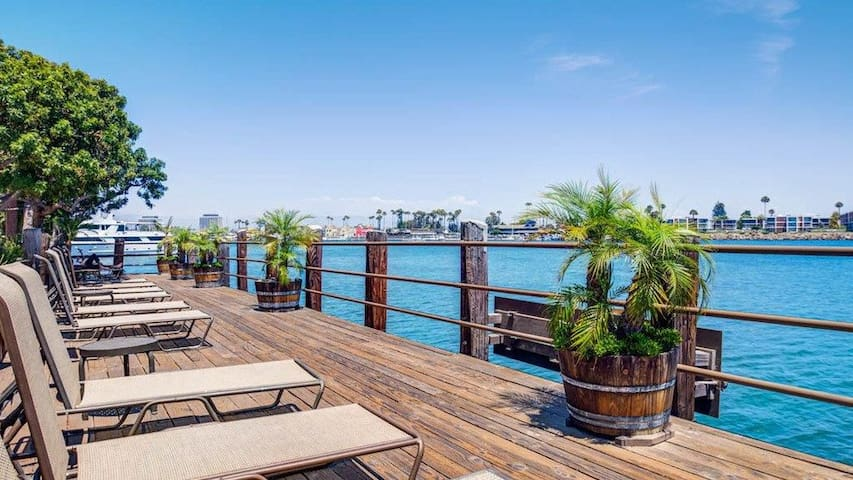 Botanical Calm 3 Bed apt in the Marina W/Parking