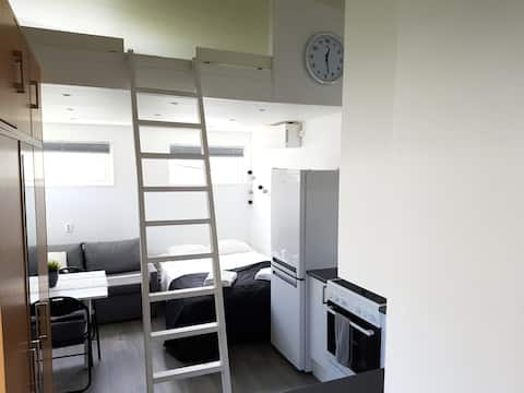 Nybyggt attefallshus med alla bekvämligheter