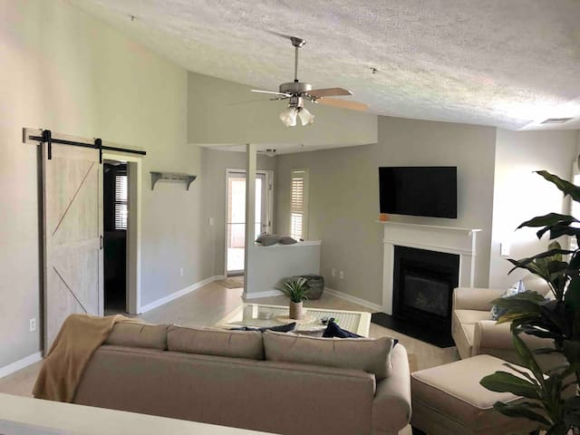 Spacious Beach Condo 1500sq ft w/ community pool!!
