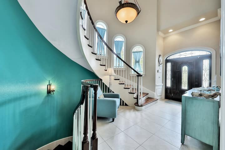 Luxury retreat w/ firepit, Ping-Pong & theater room - walk to beach