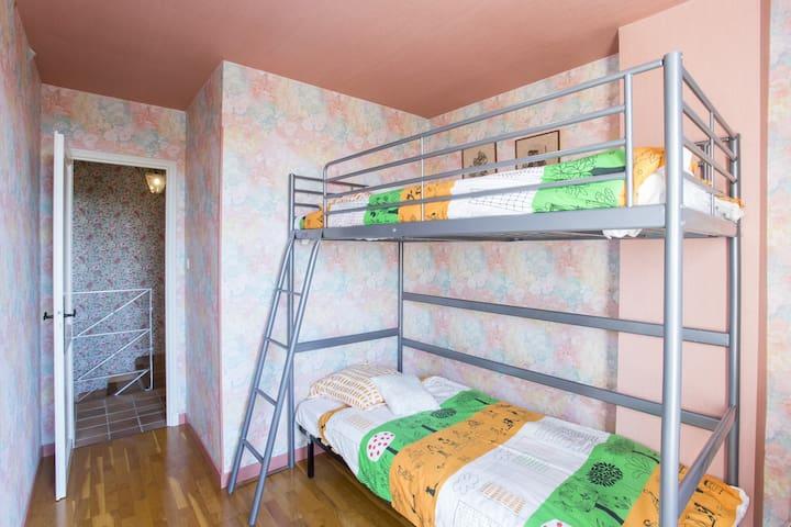Chambre 4 : chambre à l'étage avec lit superposé et accès direct au solarium.