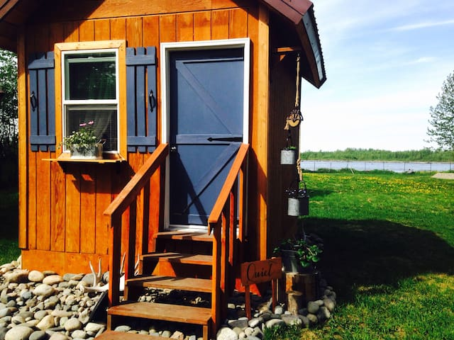 Quiet cabin by the river in downtown Talkeetna!
