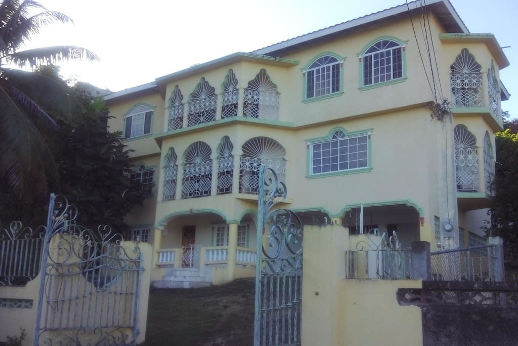Palm Circle Family Home Apartments For Rent In Montego