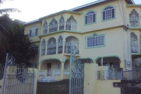 Palm Circle Family Home - Montego Bay
