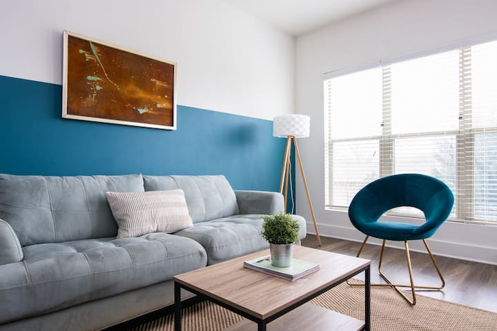 Relax from your Modern Apt Minutes to Broadway !