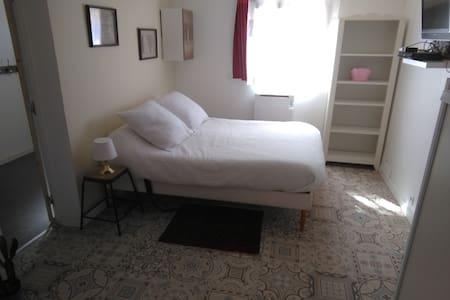 Studio avec cuisine, WC/douche et chambre - 22m2