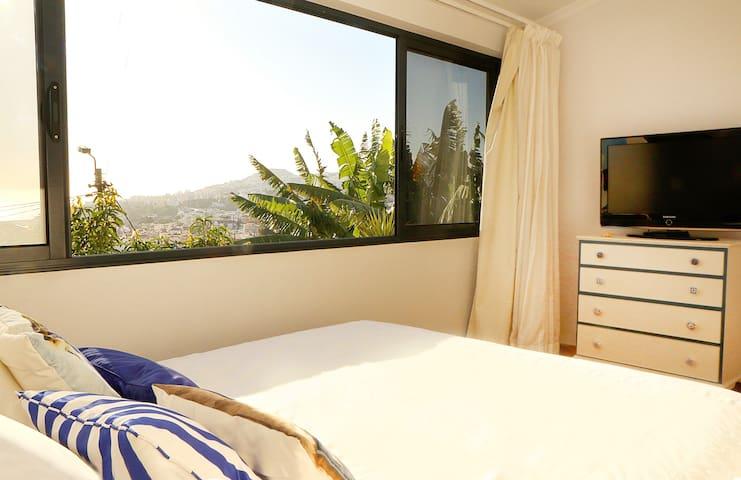 Quarto com closet e vista para a baía do Funchal