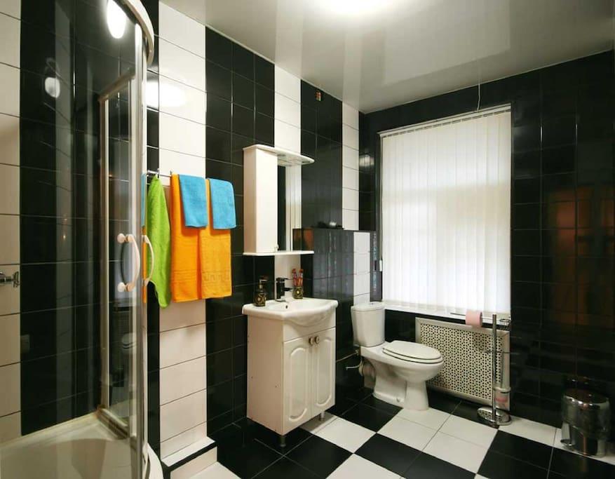 ванна, душевая кабина, раковина, туалет